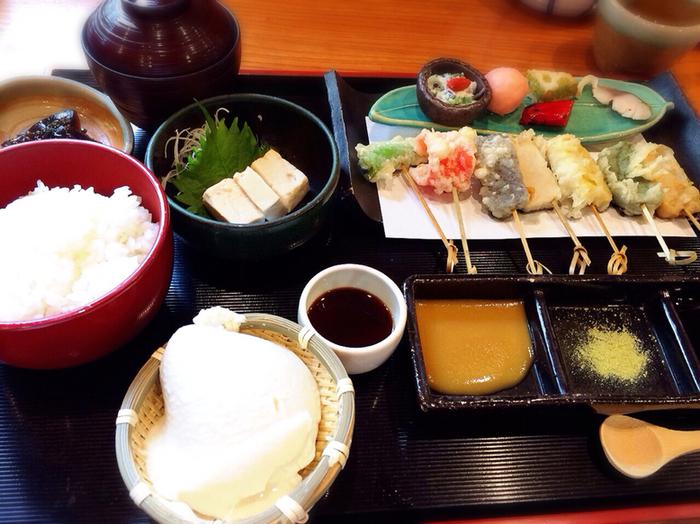 生麩好きなら、こちらがお勧め。五種類の生麩天ぷら田楽と、京野菜の天ぷら串、自家製おぼろ豆腐、ゆば造りなどのコースメニュー「生麩の天ぷら田楽」。 生麩のモチモチと天ぷら衣のサクサクがたまらない美味しさ。生ゆばも豆腐も楽しめ、お値打ちのコースです。
