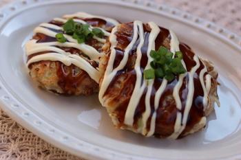 お肉の中にお好みや焼きの具材を詰め込んだ鶏バーグ。レンコンのすりおろしとマヨネーズで、ふわっとジューシーに仕上げます。お父さんのおつまみやお子様のお弁当にもピッタリですね!