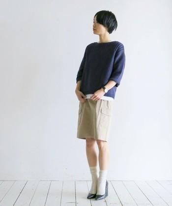 たまには素足に膝上のショートスカートを履いて。女性にしかできないお洒落でアピールするのもおすすめです。