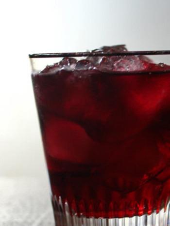 ■リヴィエラ  お手ごろな赤ワインを使ったカンパリの簡単カクテル。シックな見た目が大人なドリンクです。赤ワインとカンパリをお好きな割合で試してみてください。