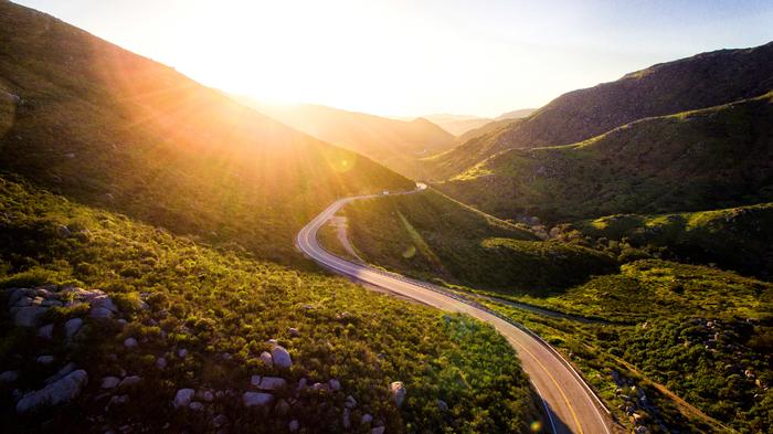 自然が織りなす雄大な景色や、青々とした緑を身近に感じることができる山道のドライブ。山のカーブに沿った道を走っていけば、どんどん空が近くなり雲にも手が届きそうです。