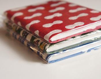 こちらは和風、型染め和紙のカバーがついた手帳です。文庫サイズのブックカバーもあるので、好みの文庫型ノートや手帳を挟んでもOK。