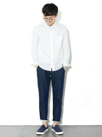 ホワイトのオックスフォードシャツは1枚でもニットのINにも使える万能アイテム。この夏、特に試してほしいのは、ホワイト×ネイビーの爽やか2トーンコーデ。シンプルなコーデなので、シャツは仕立ての良いものをきちんと選びましょう。