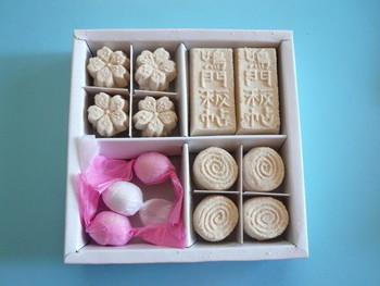 現在国内で「和三盆糖」が作られているのは、徳島県都香川県の二県のみ。両県の県境にまたがる阿賀山脈の北と南で「和三盆糖」の原材料のとなる「竹糖」が栽培されています。「竹糖」とは、サトウキビの一種。南方で栽培されているサトウキビとは見た目も味わいも大きく異なります。  また、その精製法も大きく違います。大抵の「落雁」が高級品であるのは、原料となる「和三盆糖」が大変手間がかかる極めて貴重なものだからです。