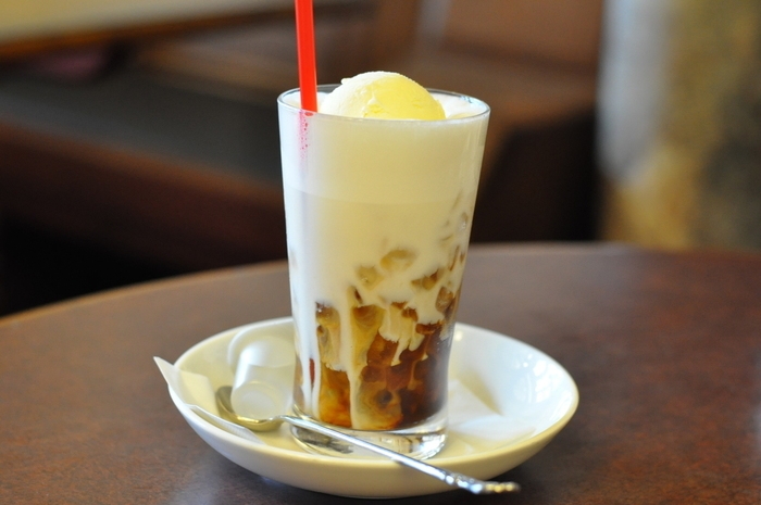 カフェメニューも充実。おかべ家特製の豆乳や豆腐を使った「豆乳ドリンク」や「とうふスイーツ」もあります。 【画像は「クリームコーヒー」】