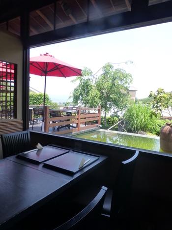 「よしむら清水庵」は、清水坂沿いにある人気のそば処。店内からは東山山麓が一望できます。