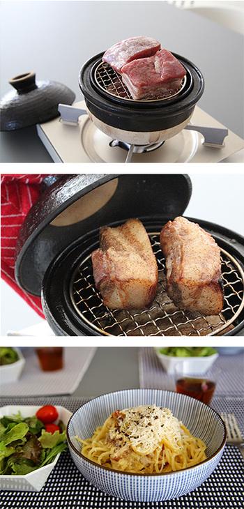 鍋底にアルミホイルを敷きチップを置いて、金網に食材をのせ、短時間火にかけます。溝のふちから煙が出てきたら、溝に水を注ぎ、火を止めます。あとは、余熱で燻します。