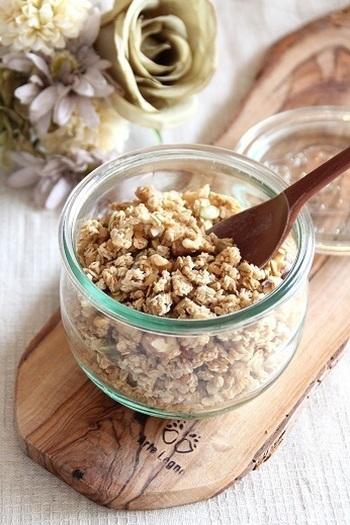 グラノーラはお家でも簡単に手作りすることができます。オートミールなどの穀物類を中心に、くるみやパンプキンシードなどお好みのナッツを合わせましょう。砂糖の量を加減すれば、甘さも自分好みに調節できますよ。