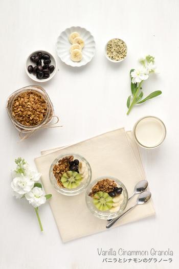シンプルなグラノーラも、バニラやシナモンなどで香り付けをするとガラリと風味が変わります。好みのスパイスをいろいろ試してみるのも楽しいですね。