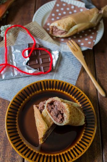 グラノーラ入りのチョコクリームを、薄焼きのホットケーキで巻いたおやつです。クリームにラム酒をきかせると大人味に。可愛くラッピングすればちょっとしたプレゼントにもなります。