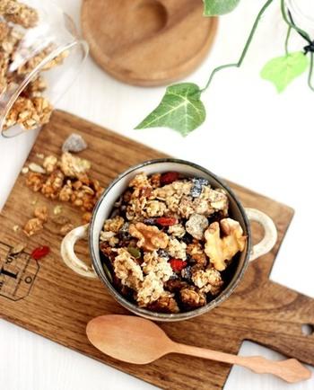 穀物の繊維質に加え、ナッツと一緒に食べれば鉄分やミネラル類、乳製品と組み合わせればカルシウムなども一緒に摂ることができます。そのうえ、一食分をボウルにあければすぐにささっと食べられるので、後片付けもラクチン!忙しい朝にはぴったりですよね。