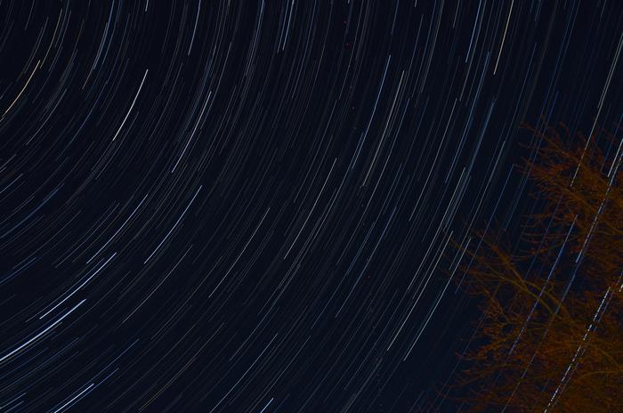 シャッタースピードをうんと遅くした写真です。ファインダーを開き続けて、星の動きを捉えています。