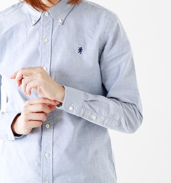 オックスフォード素材は頑丈で通気性が良い機能的な素材なので、もともとは英国のポロ選手が着用していたスポーツシャツだったそうです。