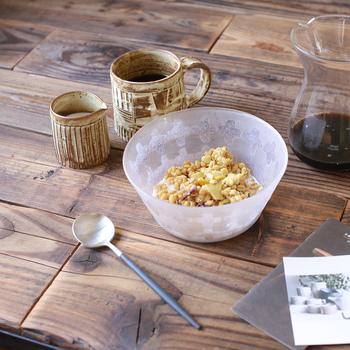 涼しげなガラスの器といえば夏のヘビーローテーションですが、こちらのようなサンドブラスト仕上げは薄氷にも似た風合いで、冬の食卓に使っても素敵です。クロス柄も可愛く、しっかり深さがあるボウルなので、ミルクをたっぷり注いでグラノーラを食べたい時にも重宝しますよ。