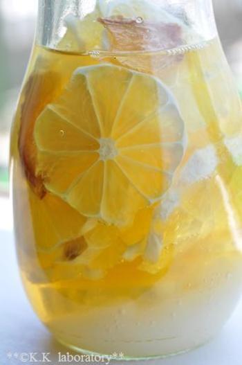 乾燥しょうが・レモン・はちみつ・グラニュー糖をつけこむだけで自家製シロップができちゃいます。炭酸水で割れば、しょうががピリっときいたレモンスカッシュが楽しめますよ。