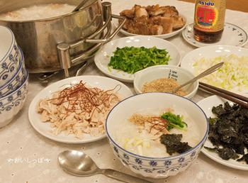 ナンプラーで味付けするエスニック風の鶏肉入りおかゆ。トッピングを色々楽しんでみてくださいね。