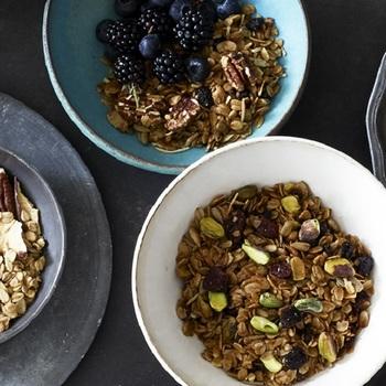 素材は有機オーツ麦にピスタチオ、有機ひまわりの種、ココナッツ、アーモンドスライス、有機クランベリー、有機サワーチェリーなど。シナモンとナツメグの豊かな香りがアクセントになっています。