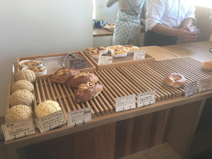 木の香り漂う店内には、さまざまなパンが。個人でやっている小さなお店なので、お目当てのパンが売り切れる前に早めに訪れましょう。じっくり低温発酵させてつくるパンはしみじみ美味しい♪ じんわり幸せになる味わいですよ。