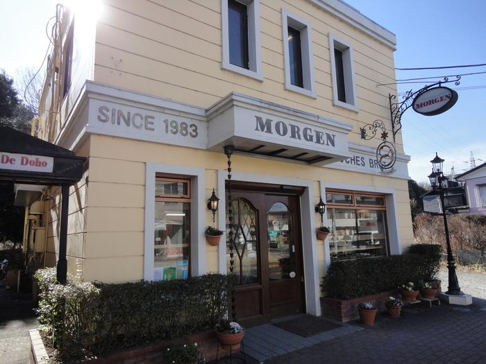 すぐ裏は「洞峰公園」という好立地な場所にある名物パン屋さん。壁に書かれているように、1983年創業の老舗です。テイクアウト専門なので、天気の良い日は公園のベンチでパンを食べるのもおすすめです。