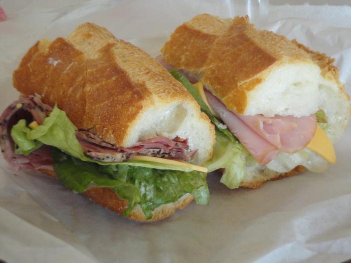 本格的なパストラミが挟まれた「フランスサンド」など、サンドイッチ系も充実しています。 定休日は木曜、第2日曜、最終水曜と不規則なので、チェックしてから行きましょう。