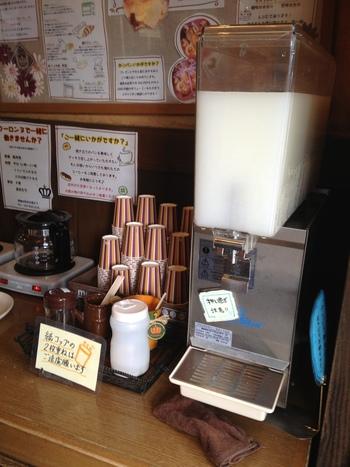 なんと無料のコーヒーとカルピスのサービス付き。パンの美味しさはもちろん、こういうサービスがあるのが、長らく人気の理由なんですね。
