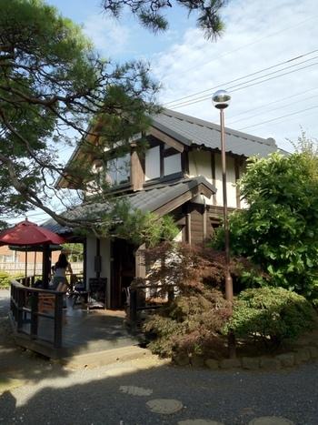 お店はこちら。国指定の元米蔵を改築し、パンも売っているカフェです。