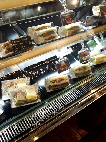 ショーケースにはたくさんのサンドイッチが。どれもボリューミーで悩んでしまいます。