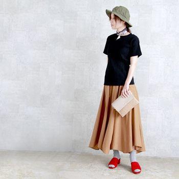 アシンメトリーなスカートと赤いサボが印象的な大人っぽいコーデ。落ち着いた色味のカーキのハットがよく似合います。クラッチバッグを合わせることで、大人っぽさをキープ。首に巻いたバンダナも素敵です。