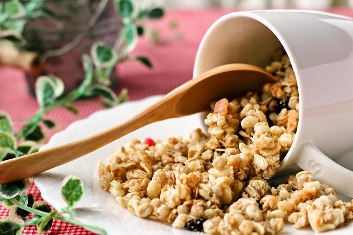 グラノーラは、オーツ麦・玄米などの穀類をシロップや植物油と混ぜ、オーブンで焼いて作るシリアルです。ほどよい塊ができているので歯触りがよく、食べ応えもあります。ナッツの香ばしさやドライフルーツの甘さをミックスすると、より深みのある味わいに。