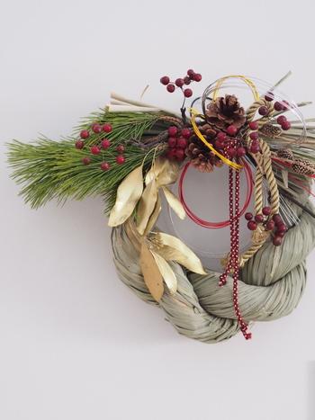 マエダ花店にオーダーされているというしめ縄飾り。がっしりとした造りで、ボリューム感もあります。和と洋のいいところを取り入れた気品あふれるお飾りですね。