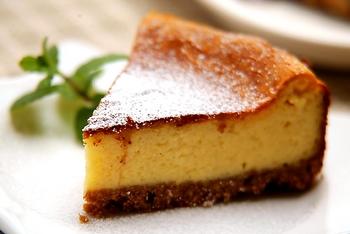 生地にレモン風味をつけた、王道のベイクドチーズケーキ。爽やかさと濃厚さがともに楽しめる、だれもが大好きなチーズケーキです。