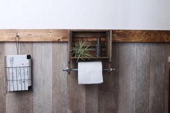 スクエアボックスとカッティングボードで作ったトイレットペーパーホルーダー。ボックス部分に雑貨や植物を置けば、お手洗いが一気にオシャレな空間に…*