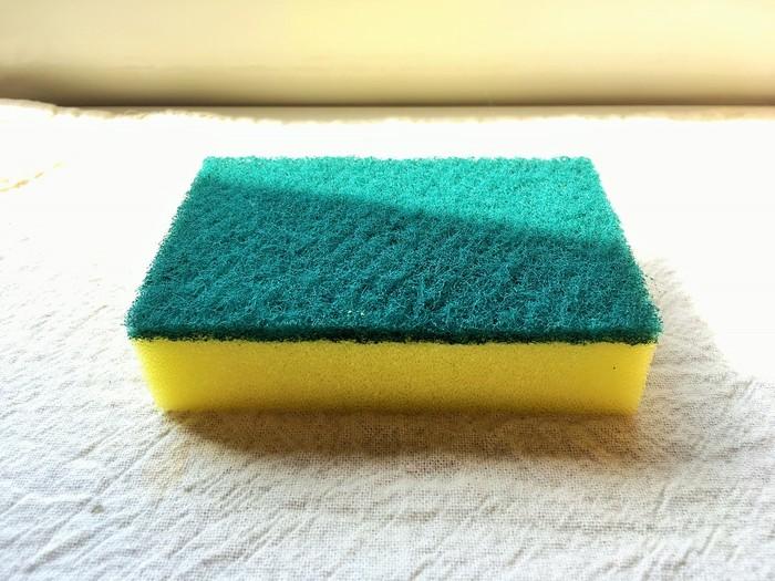 そこでおすすめしたいのが、最近話題の「スポンジ毛玉取り」! どのご家庭のキッチンにもある食器洗い用スポンジで、簡単らくらく毛玉が取れちゃうんです!