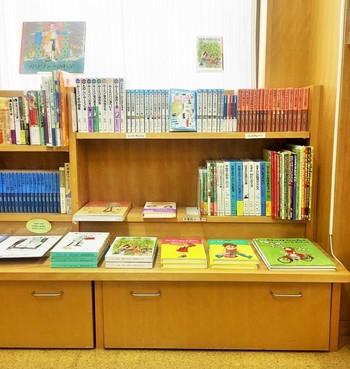 """店内は広々として明るい雰囲気。その理由は、子どもが手を伸ばしてとれる2段までの高さの""""低い本棚""""がずらりと並んでいるためです。自分の手で取って読める、「子どもの本のみせ」ならではの配慮がとても嬉しい♪ フロア中央に並ぶ「ロングセラー」の本棚には、日本語の絵本で50年ほど前のものから、原書となると100年近く経つものまであり、厳選して選ばれています。"""