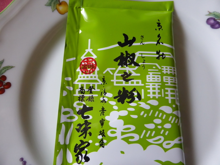 山椒粉もあると便利な薬味です。うなぎの蒲焼はもちろんのこと、すき焼きや焼き鳥、味噌汁やうどん等にも。振りかければ、ピリッと料理が引き締まって得も言われぬ美味しさに。塩と混ぜて、肉料理や天ぷらにもGood!