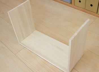 板を棚のサイズに合わせて組み合わせます。重いものを乗せない方は、接着剤だけでもOK。もちろんビスでとめておけばより安心です♪
