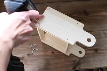 カッティングボードをボックスの両側に固定します。このあとお好きな塗料でペイントすればより雰囲気のある仕上がりに。