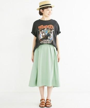 カジュアルなTシャツにスカートを合わせた古着風のコーデ。スニーカーではなくサンダルを合わせることで、夏らしい元気な印象に。