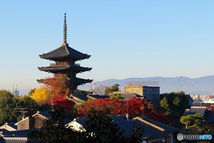 聖徳太子が如意輪観音からお告げを受けて589年に建立されたと伝わる「八坂の塔」。現在の塔は、室町時代に足利義政によって再建されたものです。