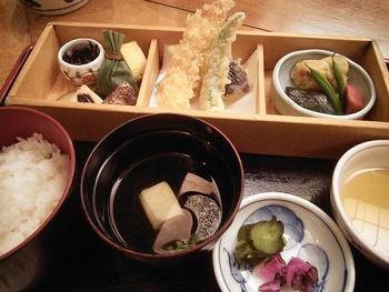 夏は鱧(はも)、秋は松茸と、季節の食材を用いた京料理を頂けます。昼食で頂くのならリーズナブルな「お昼御膳」がお勧めです。