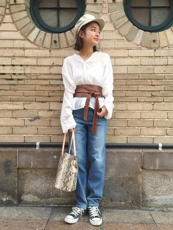 流行のサッシュベルトをシャツの上から合わせてトレンド感のあるスタイルに。女性らしい長め袖のシャツを合わせれば、デニムでも大人っぽい印象です。