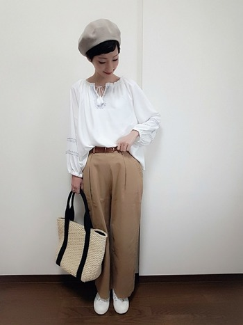 白ブラウスにベージュのパンツを前だけイン。最後に、H&Mのベルトでウエストラインをマークすれば、トレンド感&脚長効果◎!