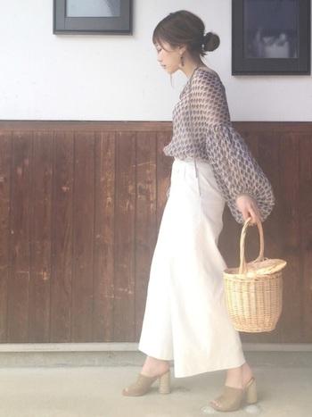 透け感のあるボリューム袖のブラウス+カゴバッグという女性らしいナチュラルスタイル。ユニクロの白のワイドパンツを合わせれば、一気に脚長&オシャレコーデに。