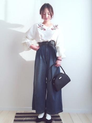 GUデニムのワイドパンツは、シルエットがとても綺麗。お花の刺繍ブラウスとも相性抜群です。サッシュベルトで今年らしく。