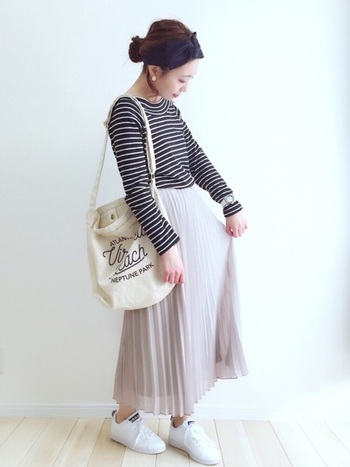 女性らしいスカートも、ユニクロで揃います。ユニクロのシンプルなプリーツスカートにボーダーTシャツ、白いスニーカーを合わせて大人可愛いスタイルに。