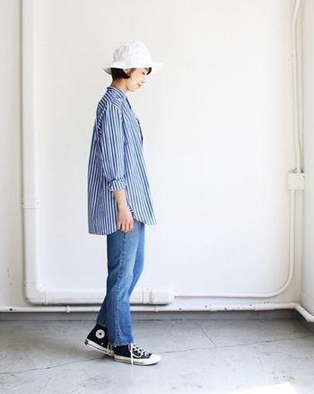 爽やかなブルーストライプのシャツに、ブルージーンズを合わせたラフなスタイル。長め丈のシャツをチュニック風に着こなして、カジュアルながらも女性らしさを。