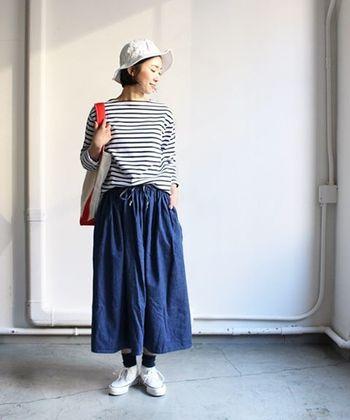 定番のボーダーカットソーに、ナチュラルなニュアンスのスカートを合わせた鉄板コーデ。ホワイト系のハットを選んで、爽やかさをキープして。