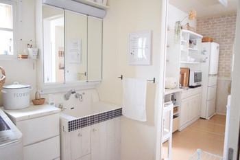 壁紙シートを洗面所に貼った例。ありきたりのシステム洗面台がおしゃれになりますよね。