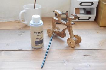 木製雑貨の木の風合いを残してリメイクする場合におすすめなのが、水性ニス。