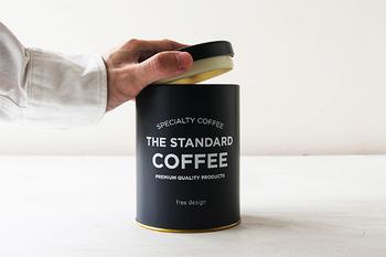 こちらのキャニスターは口にパッキンがついていて、しっかり密封できる嬉しい作りになっています! 中にはコーヒー豆が250グラム保存でき、毎日コーヒーを飲む人でも大丈夫。ツヤ消し塗装とシンプルなロゴのデザインも可愛くて、キッチンのお洒落なアクセントになってくれます。
